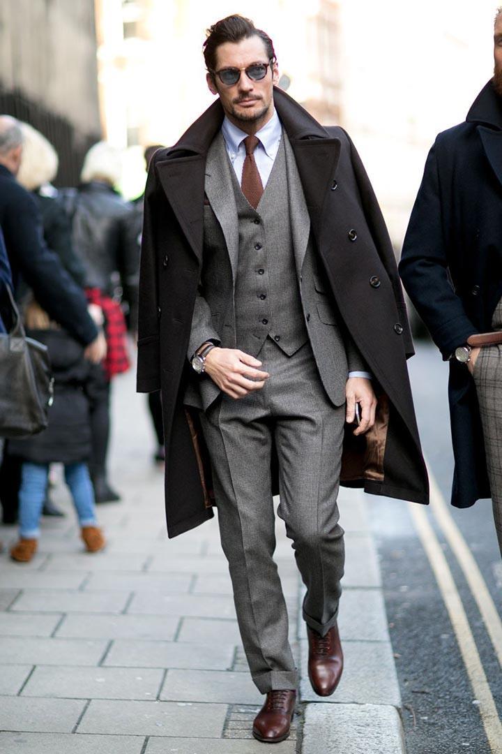 Дэвид Ганди в пальто