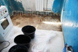 Очищаем поверхность бетонной плиты от штукатурки и грязи