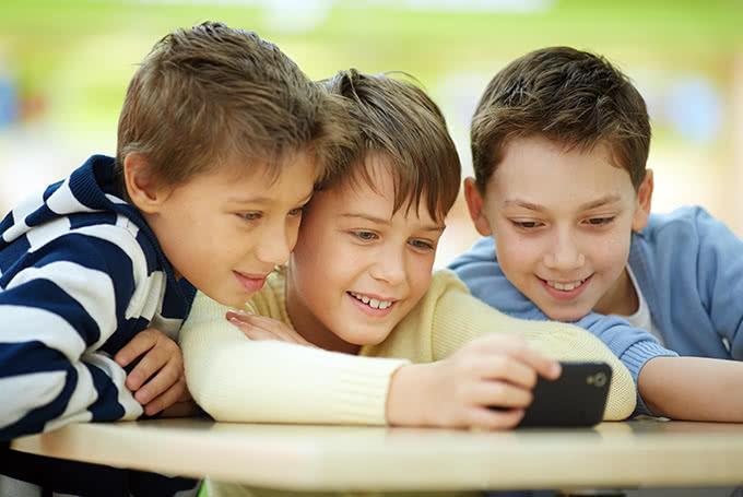 Три школьника в телефоне