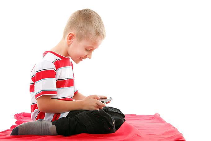 Ребенок играет в телефон