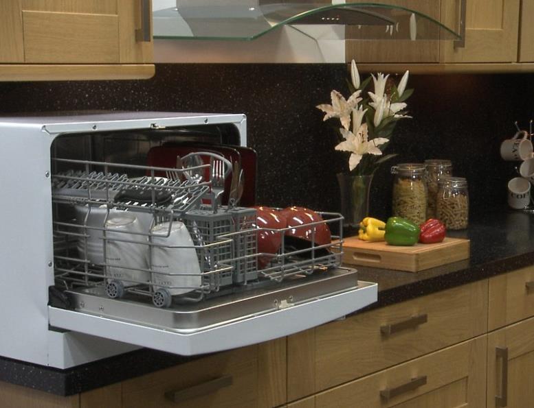 Вариант расположения на небольшой кухне компактной посудомоечной машины
