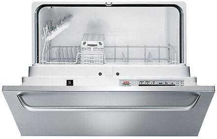 Небольшая посудомоечная машина фирмы AEG со спрятанной панелью задач