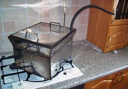 В качестве дымохода домашних коптилен следует использовать вытяжку или шланг, выведенный через окно.