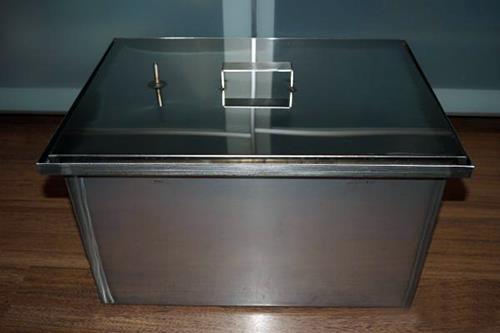 Качественную герметизацию домашних коптилен обеспечивает гидрозатвор.