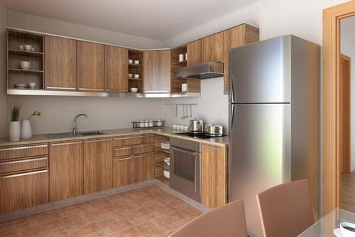 серый холодильник на кухне