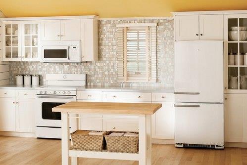 белый холодильник в интерьере кухни