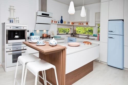 цветной холодильник на кухне