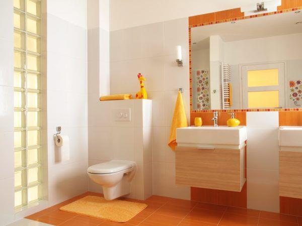 Оранжевый пол и пастельного оранжевого цвета коврик в ванной