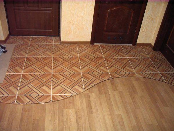 Вариант сочетания плитки и ламината на полу в прихожей