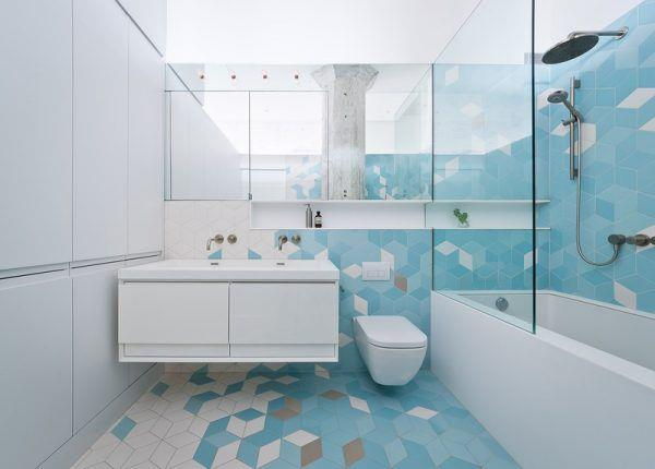 Отделка ванной комнаты голубой и белой плиткой