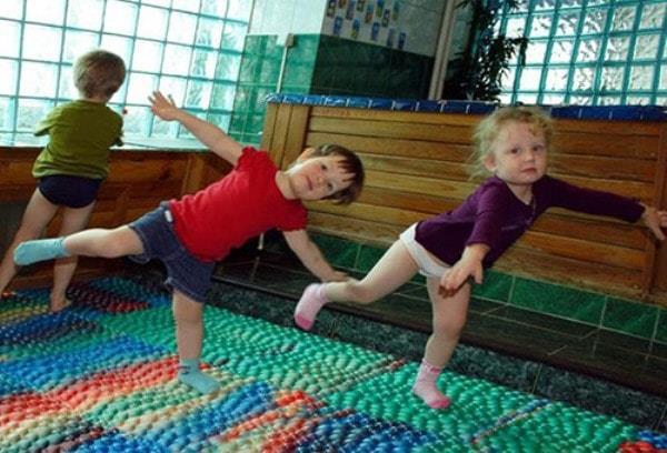 Упражнения на дестком коврике