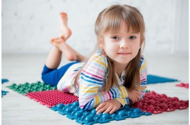 Ребёнок на массажном коврике