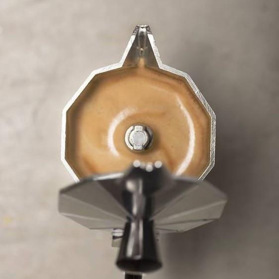 В гейзерной кофеварке получается отменный кофе.