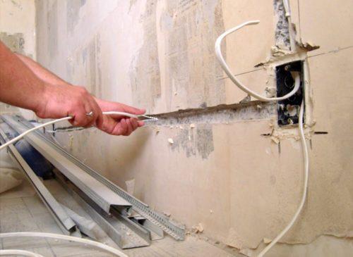 Прокладка кабеля в стене для подключения розетки