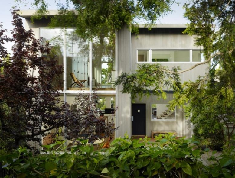 Экстерьер дома, утопающего в зелени