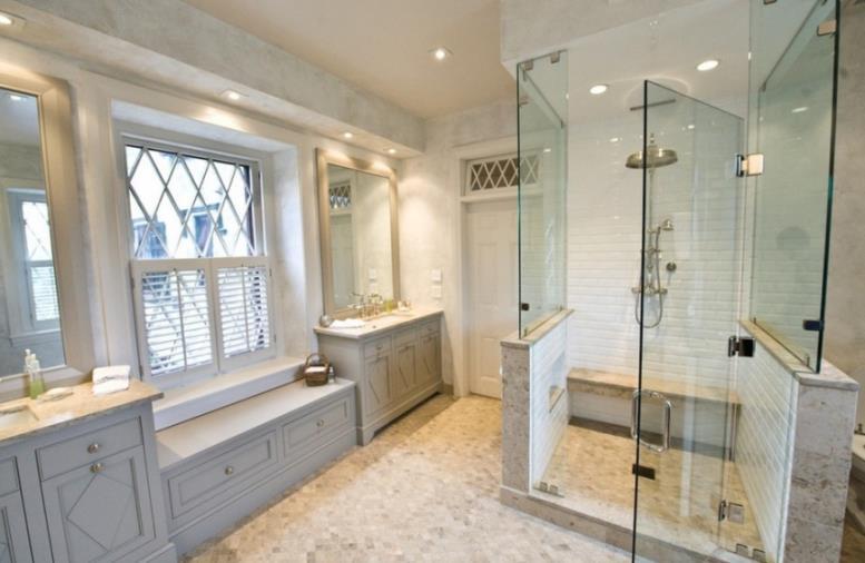 Классические деревянные рамы на окнах в ванной комнате
