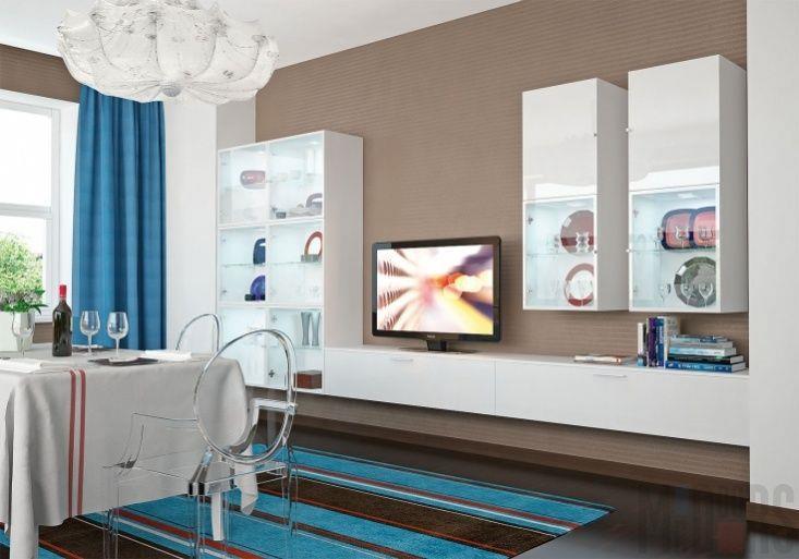 Белая глянцевая стенка и акцентные шторы в гостиной