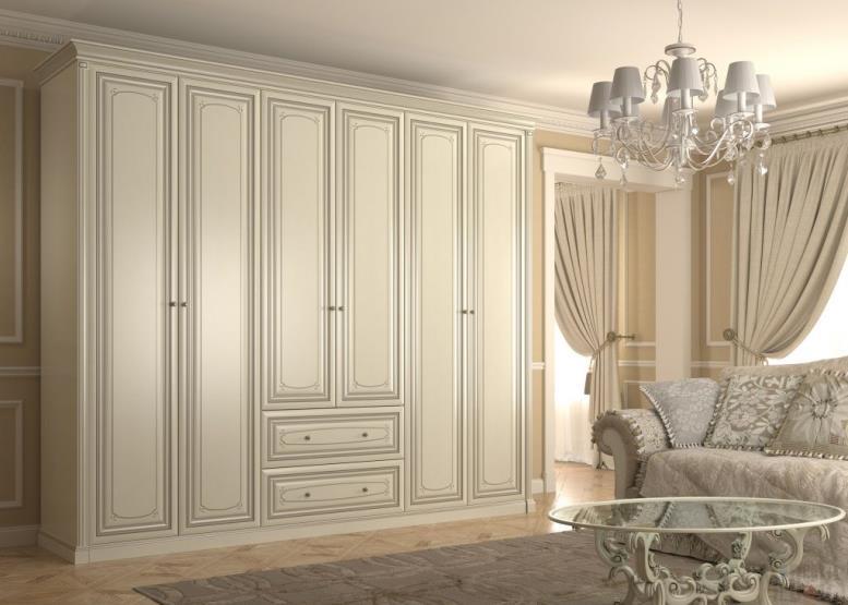 Классический белый шкаф в гостиной