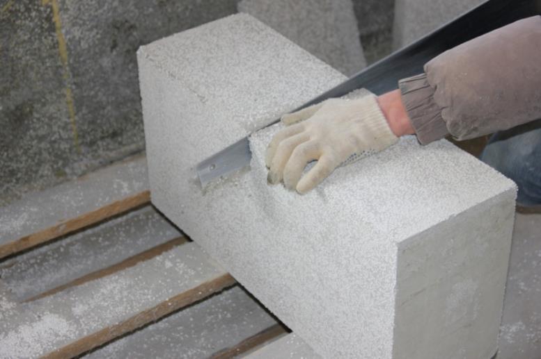 В состав блока из полистиролбетона входят гранулы полистирола, цемент, песк и различные добавки