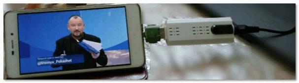 С помощью спец. удаптера подключено к смартфону
