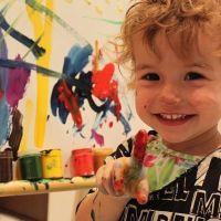 ребенок рисует темными цветами