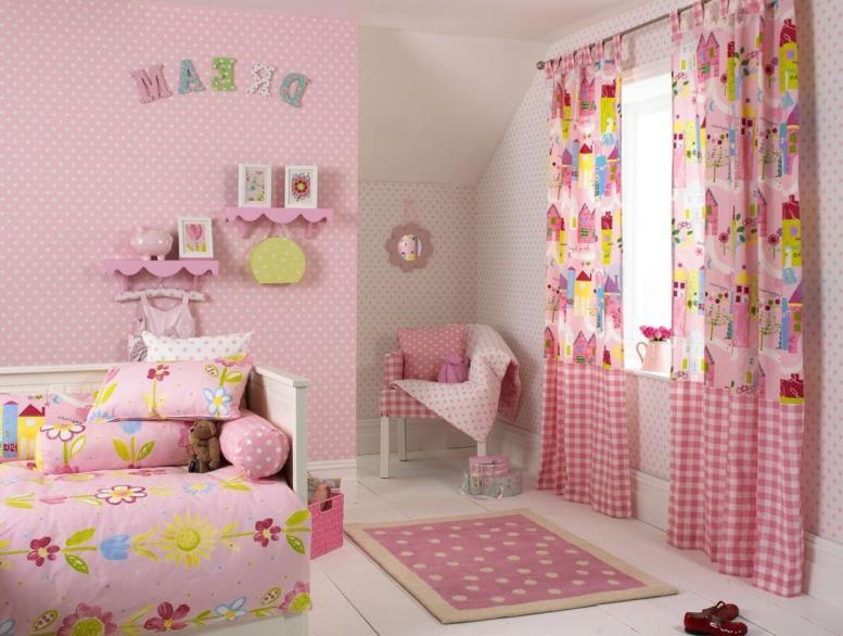 розовые обои в горошек для детской