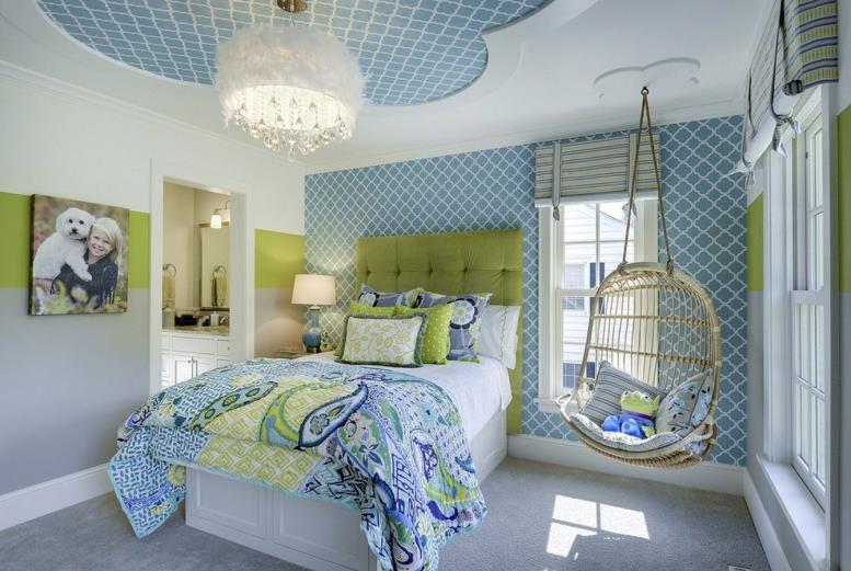 голубой потолок и стены в интерьере спальни для девочки