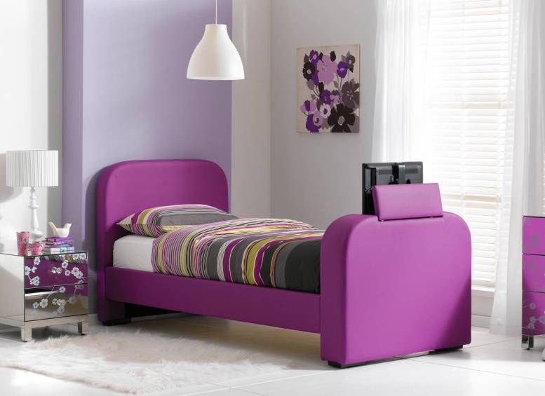 сиреневая кровать с фиолетовыми обоями