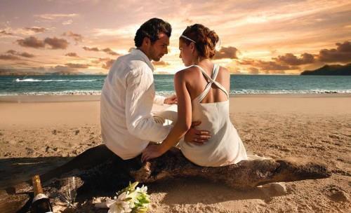 Мужчина и женщина сидят на берегу моря
