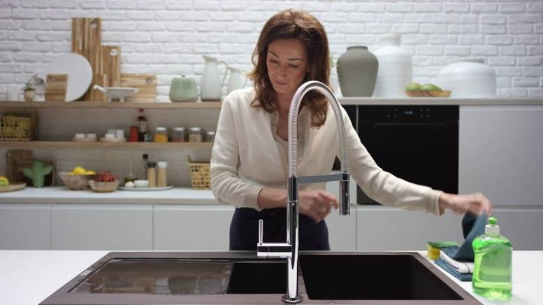 Чистка каменной раковины при помощи обычного моющего средства