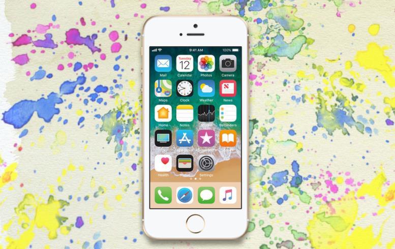 <p>Коллаж ©L!FE. Фото: ©Apple</p> <p>«></p></div> <p> Дети виртуозно умеют доводить родителей просьбами опокупке айфона. Если терпение лопается, аребёнок ещё неразбирается втонкостях модельной линейки Apple (главное— яблочко назадней панели), разумнее всего взять классику— четырёхдюймовый SE. </p> <p> Во-первых, эти смартфоны недорогие— 18–19 тысяч за32-гигабайтную версию. Во-вторых, есть розовый цвет корпуса— как раз для школьниц изначальных классов. В-третьих, нестоит забывать про опцию «Найти iPhone»— геолокация ребёнка всегда будет уродителей. </p> <p> В-четвёртых, SEдействительно хорош: быстрый, мощный, долго держит заряд, сприличной камерой. В-пятых, уSE самые дешёвые аксессуары иремонт— сказываетсято, что дизайну этой модели уже больше пяти лет. </p> <p> Недостаток тоже имеется— размер дисплея. Четыре дюйма— совсем небольшая диагональ, поэтому придётся особенно тщательно следить, чтобы ребёнок непроводил сосмартфоном слишком много времени инеперенапрягал глаза. </p> <div class=