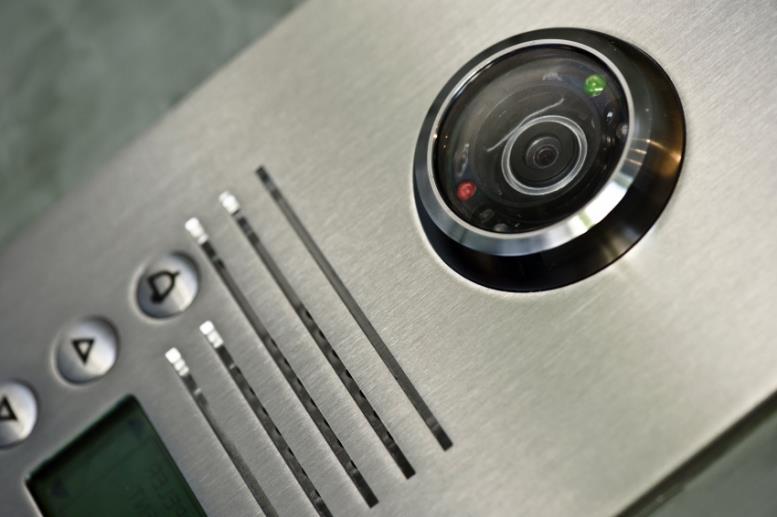 Видеозвонок c расширенным функционалом позволяет удаленно управлять дверью