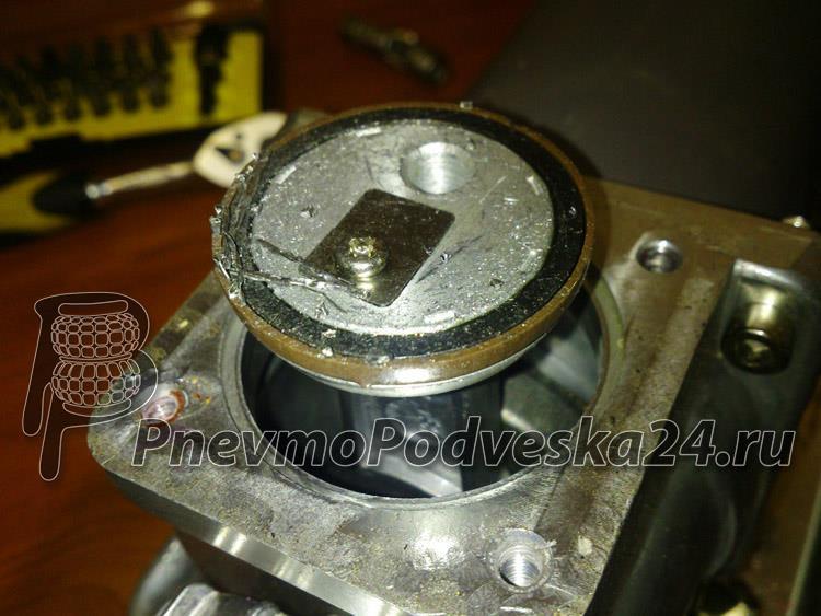 Поршень авто компрессора со следами стружки