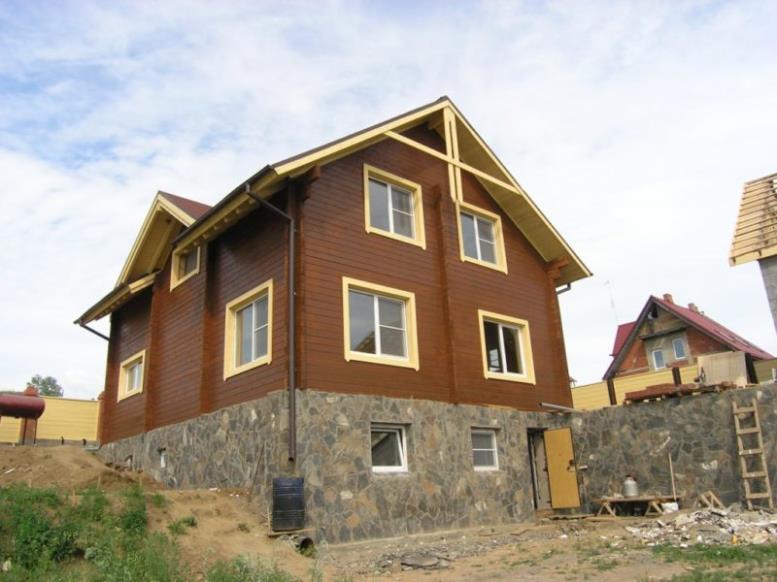 Каркасное строение с высоким цоколем