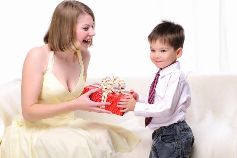 как научить малыша выбирать и дарить подарки