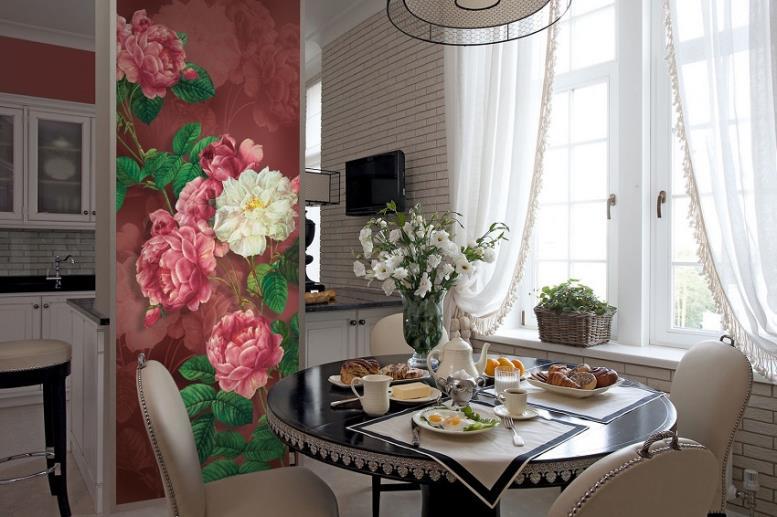 Яркий цветочный акцент в столовой зоне кухни