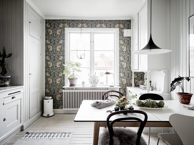 Текстильные обои на одной из стен кухни