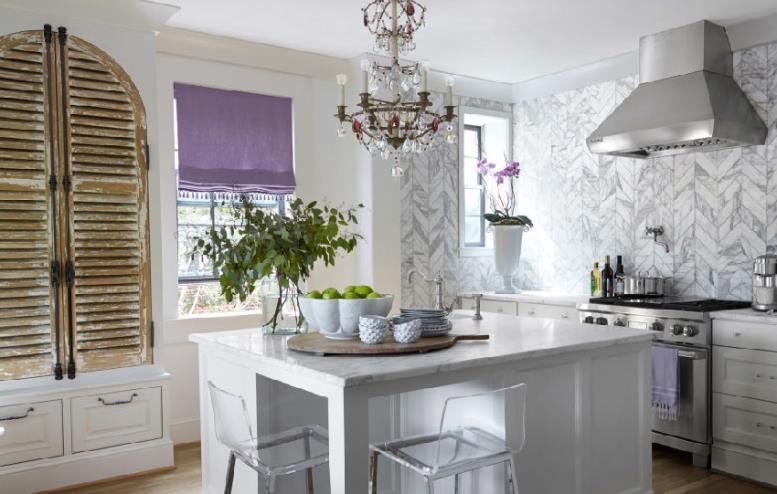Флизелиновые обои для кухни в серо-белых тонах