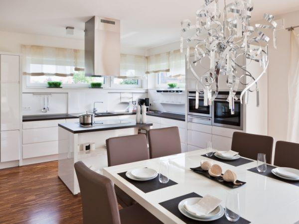 Сплошная белая кухня с темными деталями