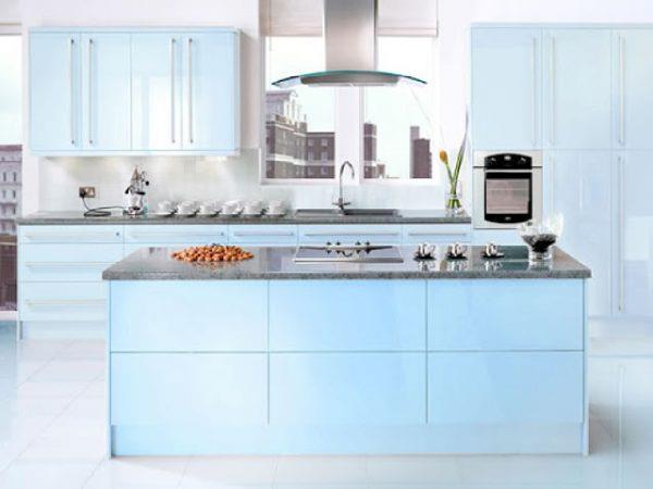 Нежная голубая кухня с темной столешницей