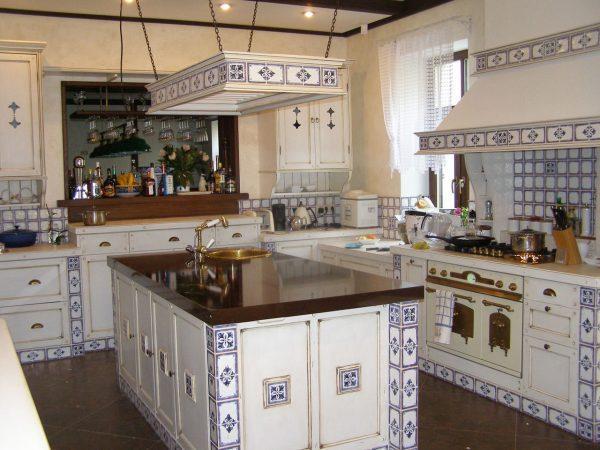 Светлая кухня с темной столешницей в стиле прованс