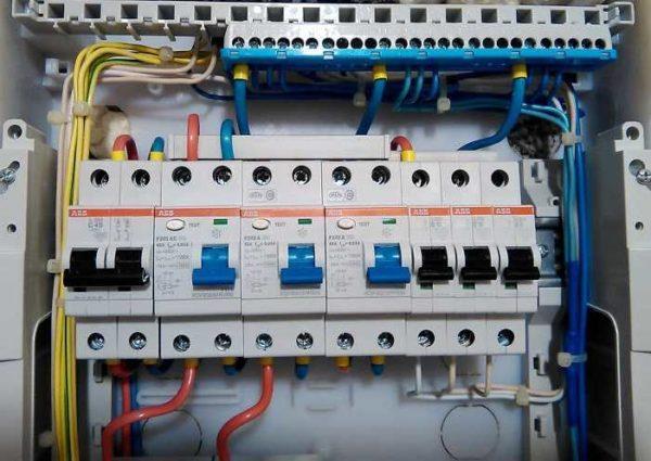 Дифавтоматы служат для защиты проводки от повышенных нагрузок и человека от поражения электротоком