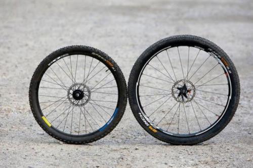 Колесо диаметром 26 (слева) и 29 дюймов (справа)
