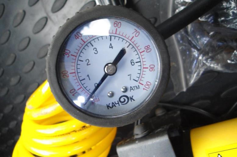 Большинство манометров оснащены сразу двумя шкалами давления (атм и psi либо bar и psi)