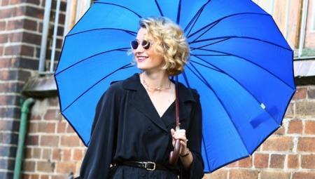 Модель с зонтом