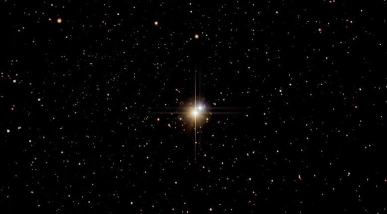 B Cyq - бета Лебедя. Альбирео. Звездная пара в созвездии Лебедя. Голубоватый спутник, который в 200 раз ярче Солнце, вращается вокруг желтой звезды, превосходящая Солнце по яркости в 1000 раз