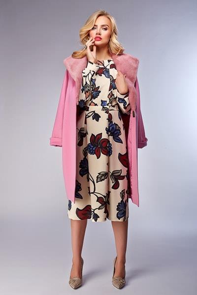 Пальто-кокон с меховым воротником розового цвета