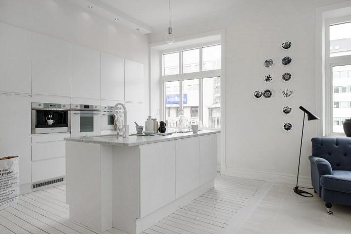 белые стены и пол в кухне