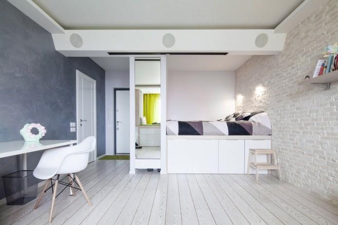 Белые двери и светлое напольное покрытие