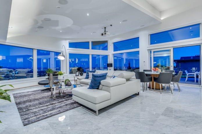 светлая плитка в гостиной